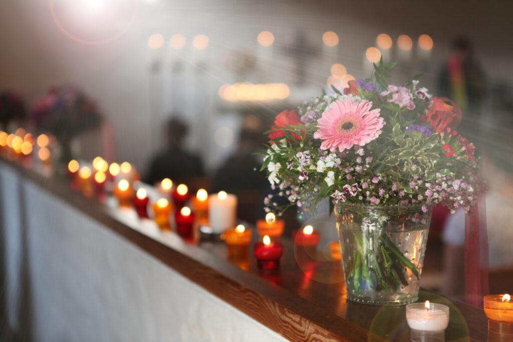 Lichtstralen en bloemen in een kerk